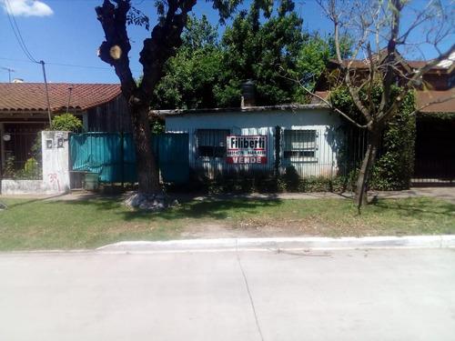 lote en venta con casa a reciclar frente al barrio el tato.