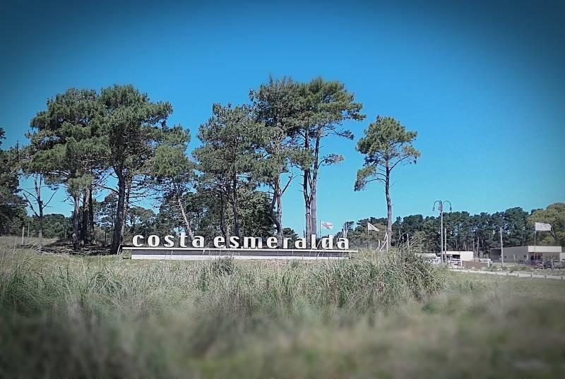 lote en venta en senderos de costa esmeralda sobre la avenida principal del area