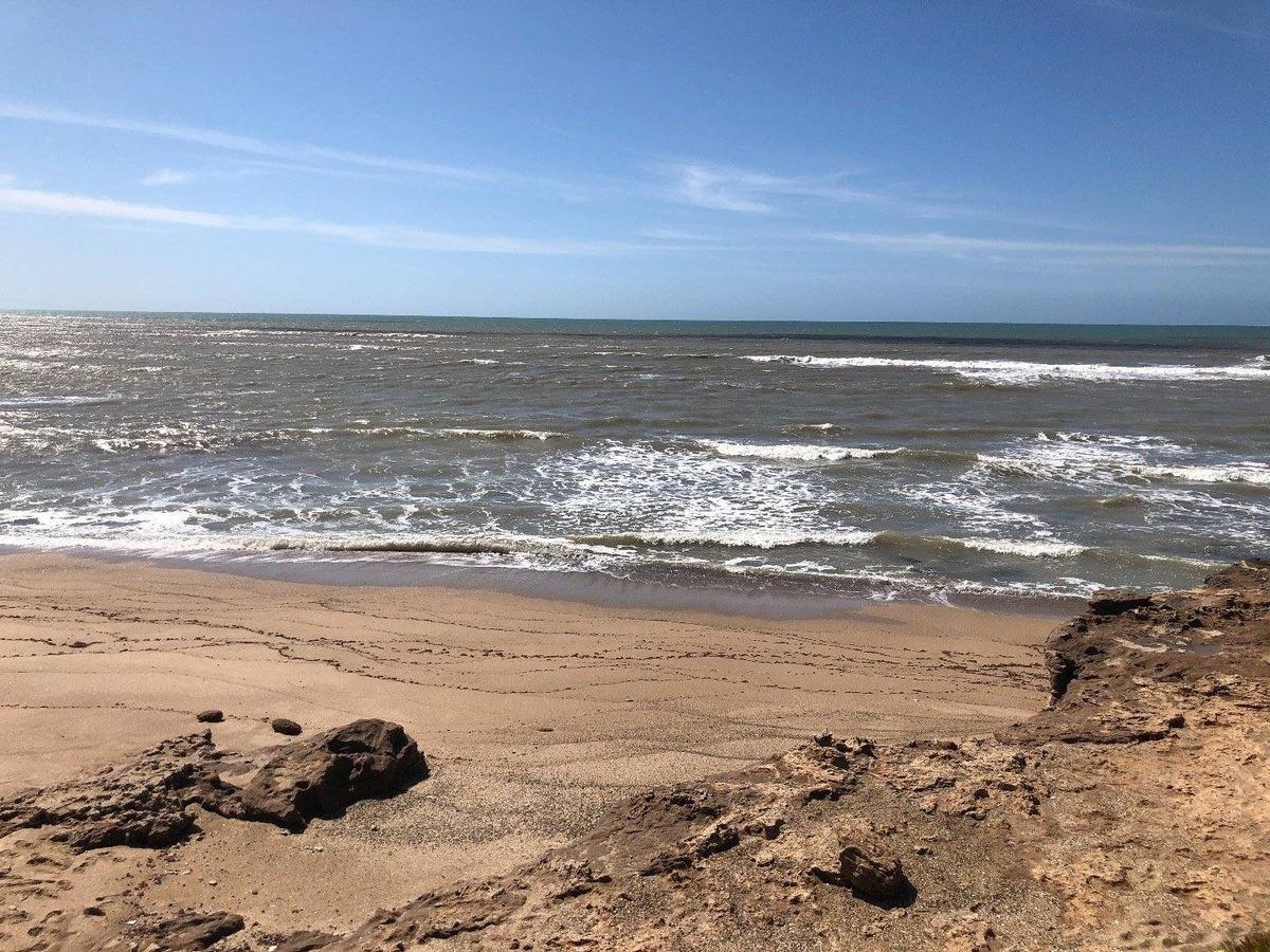 lote frente al mar en rocas negras
