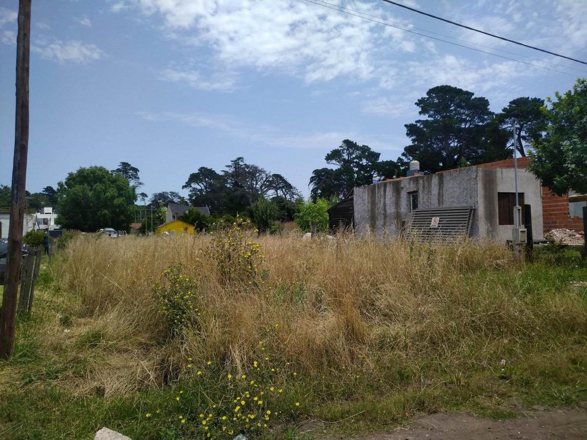 lote sito en barrio acantilados.
