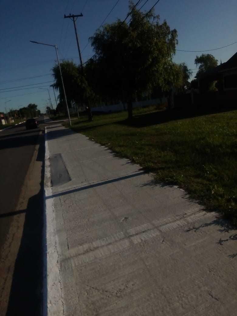 lote sobre asfalto con todos los servicios