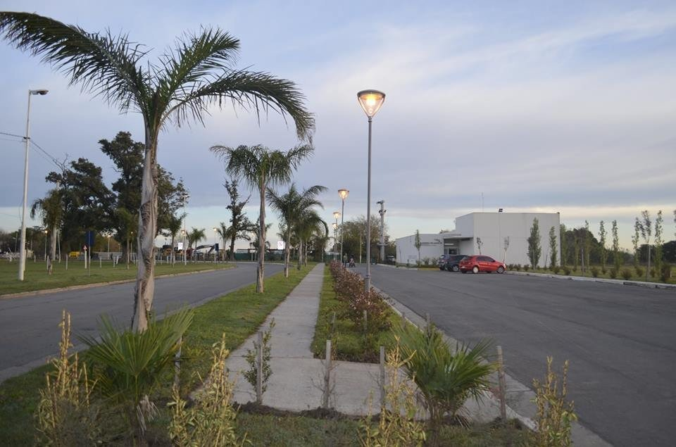 lote sobre avenida con habilitacion comercial en alvear. barrio ecopueblo.