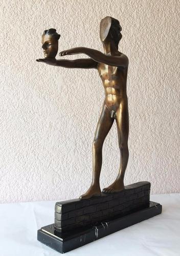 lrc hombre sobre pared, arte antiguo, escultura de bronce