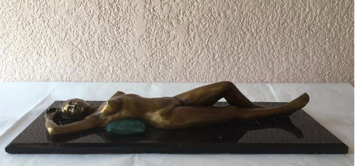 lrc mujer acostada sobre almohada, escultura de bronce