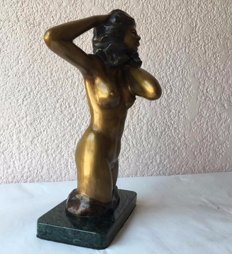 lrc mujer en el viento, escultura de bronce, base de mármol
