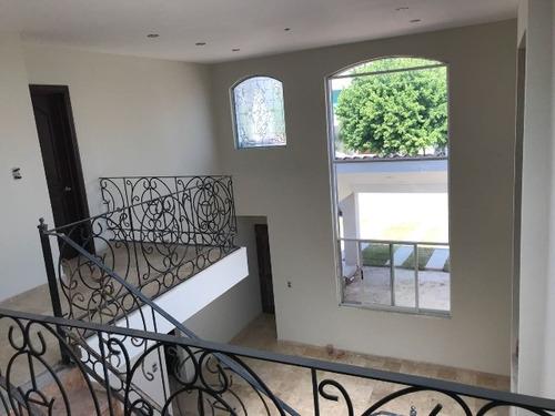 lujosa casa en venta en villa dorada