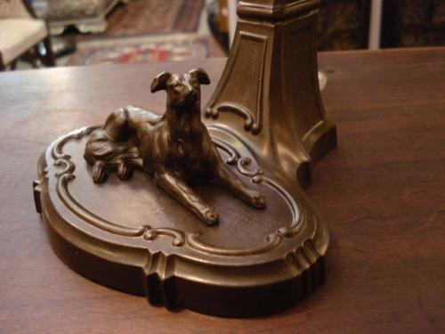 luminária em petit bronze com figura de cachorro e tulipa