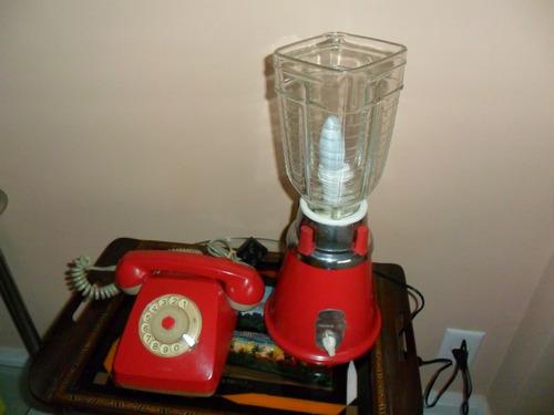 luminária retrô funcionando e telefone retrô