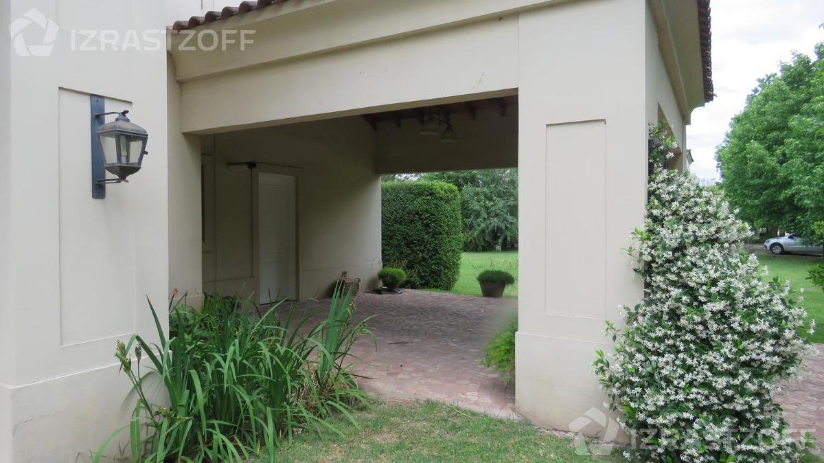 luminosa casa en barrio privado de excelente acceso