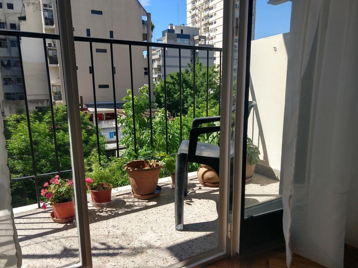 luminoso, a 80 mts de av. cabildo con balcón a la calle