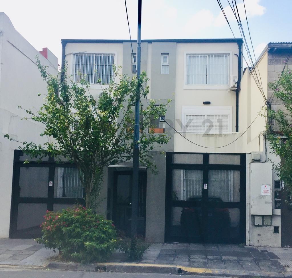 luminoso triplex 3/4 dorm. c/jardín 160 m2 - expensas $ 2.000 inluye aysa