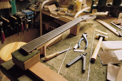 luthier, reparacion de guitarras, bajos y cuerdas en general