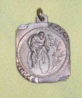 m56 medalla antigua en metal blanco tema ciclista con reliev