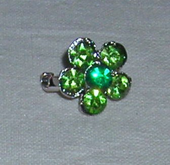 m87 prendedor flor de strass en color verde sobre base plate