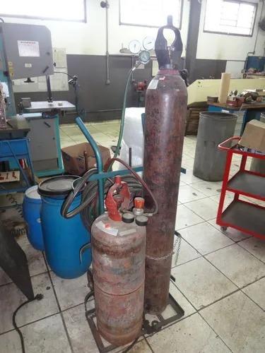 maçarico de corte com cilindro de acetileno e oxigênio