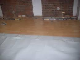 maestro instalador de pisos de madera y flotante
