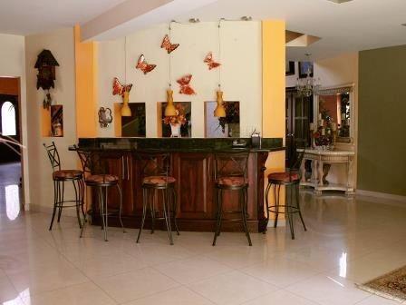 magnifica residencia de dos niveles con espacios amplios en zona privilegiada.