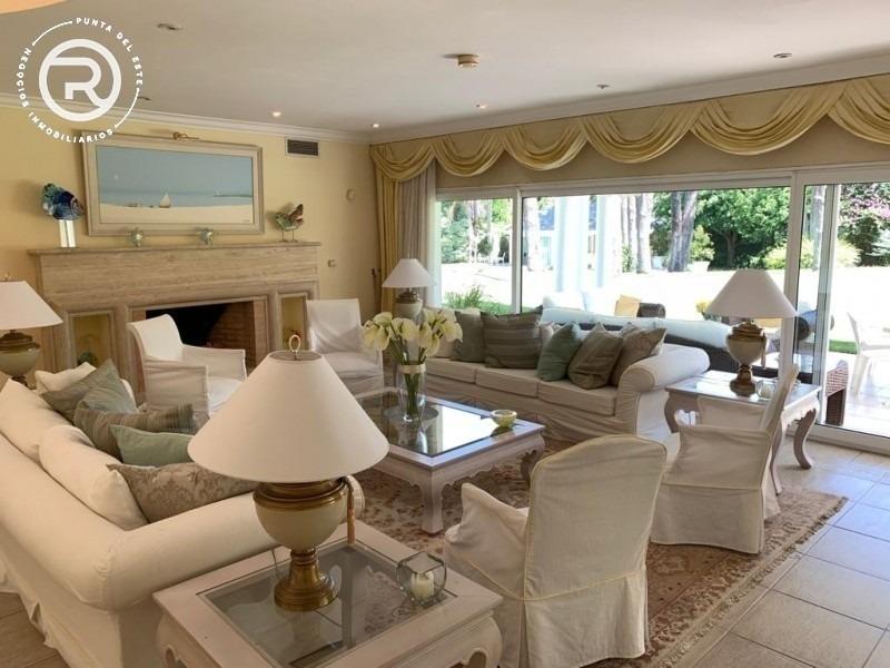 magnifica residencia en excelente entorno de alto prestigio