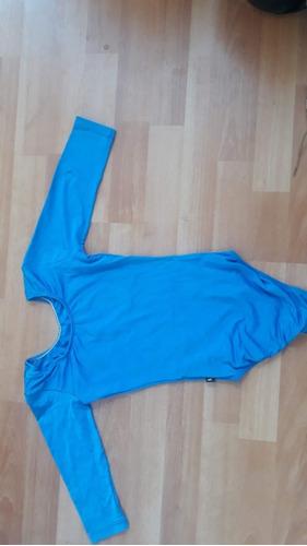 malla de gimnasia con mangas de color azul.