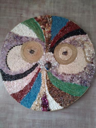 mandala coruja, feito em pedras naturais.