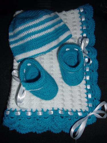 manta, gorro y escarpines para bebes tejidos a mano