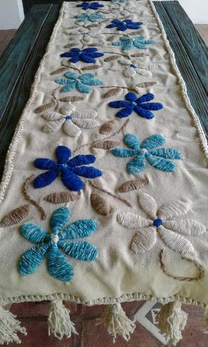 mantas y caminos bordados a mano y terminación de borlas