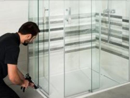 mantenimiento y reparación de ventanas y divisiones de baño