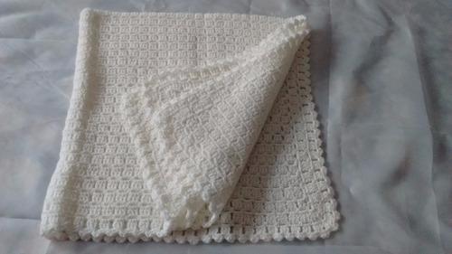 mantita  bebe, en color blanco lana hipoalergica