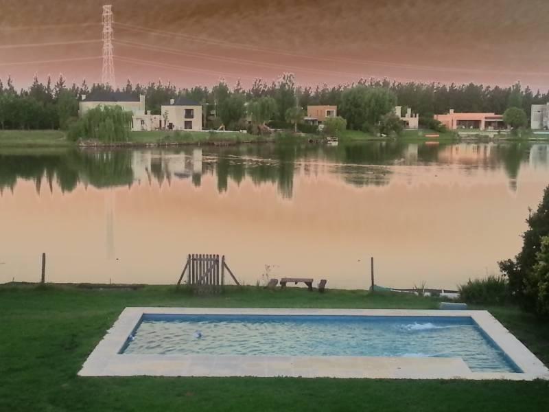 mao. muy buena casa a la laguna en alquiler temporario en el barrio santa catalina