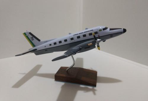 maquete de avião em resina e m b-110 c bandeirante (28 cm)