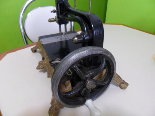 maquina costura a mais antiga