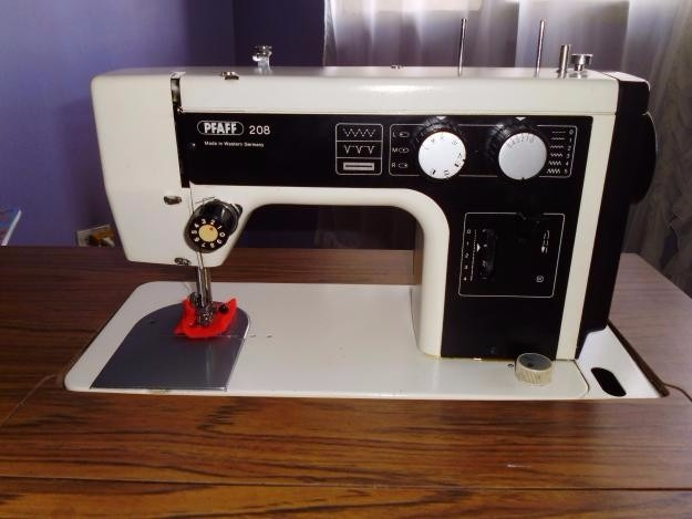Maquina De Coser Pfaff 208 Con Su Mueble - Bs. 1,10 en