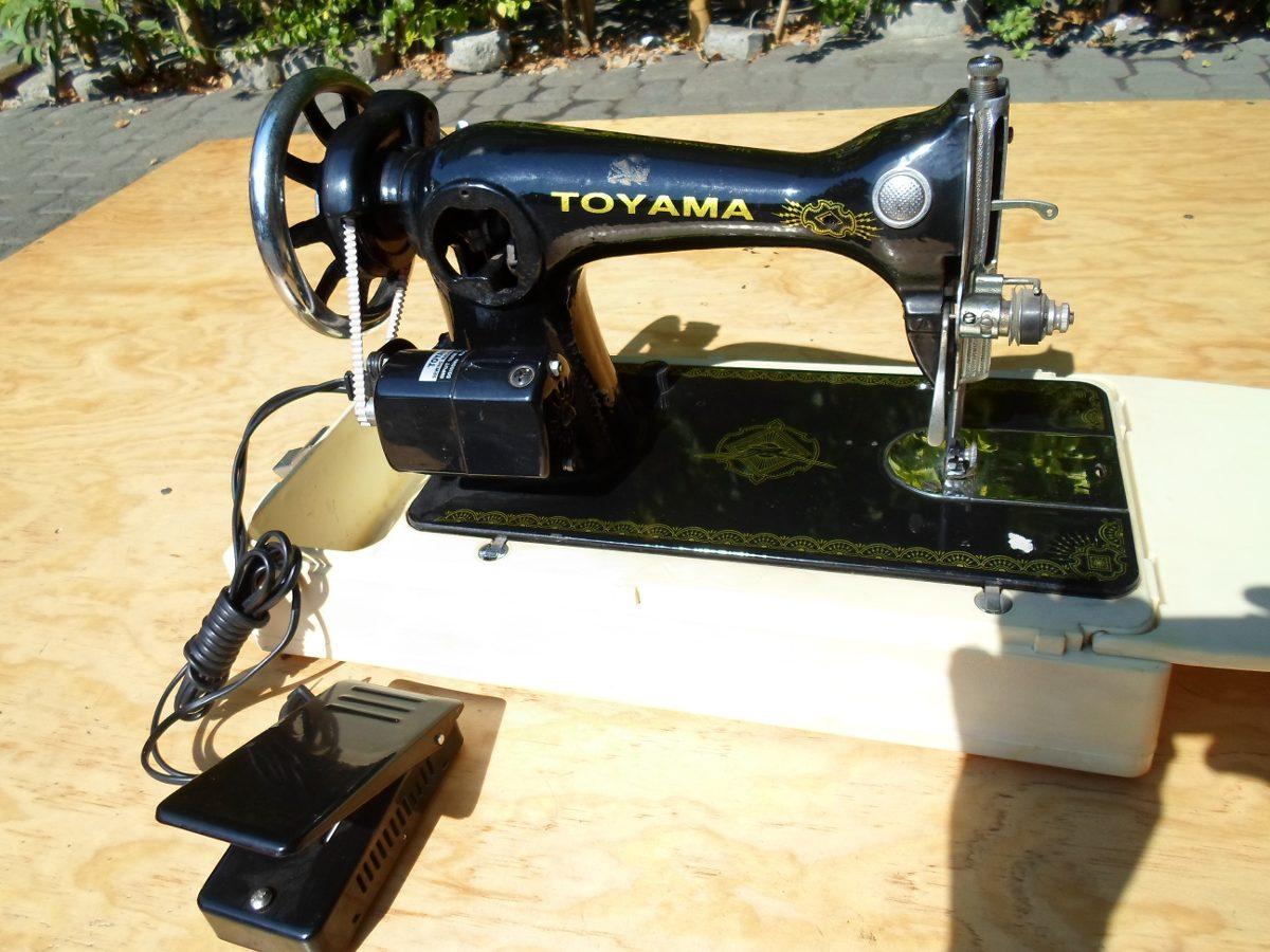 Maquina De Coser Toyama Con Motor Y Pedal - $ 1,490.00 en