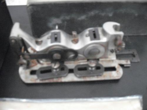 máquina de costura antiga - acessório para casa de botões.