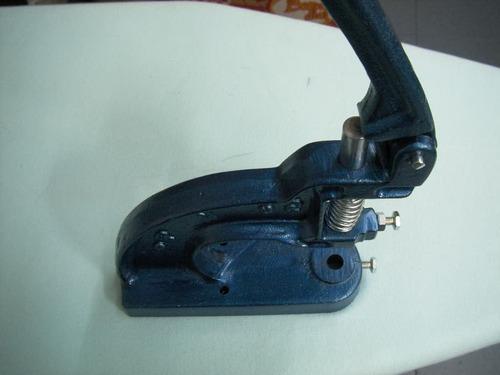 maquina ojilladora manual con dados y un millar de ojillo