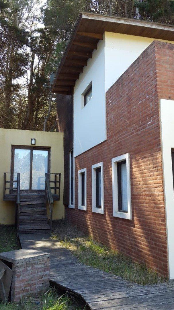 mar azul - venta - casa minimalista en tres plantas en zona tranquila.