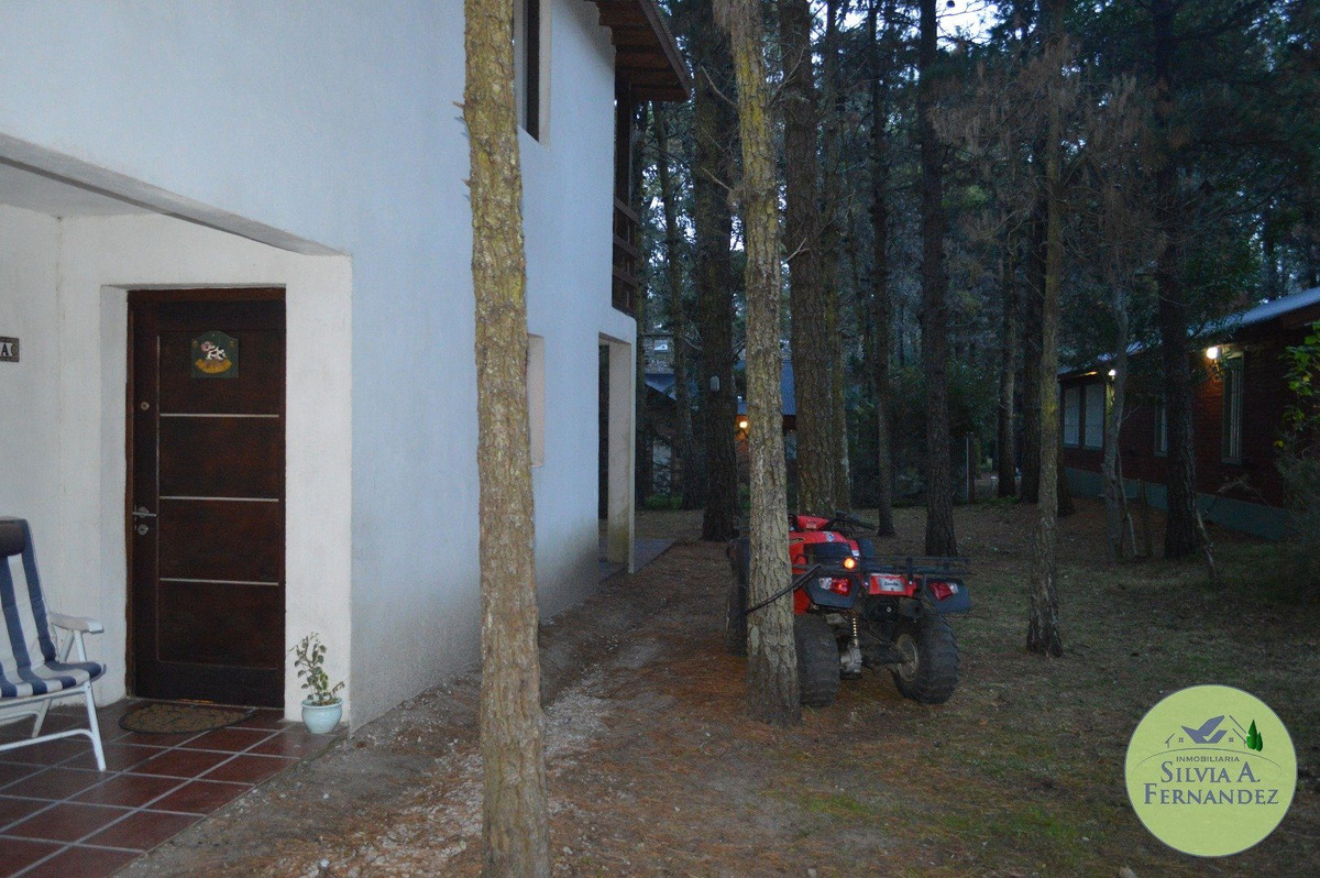 mar de las pampas: casa 4 ambientes rodeada de pinares y entorno de hermosas casas de estilo