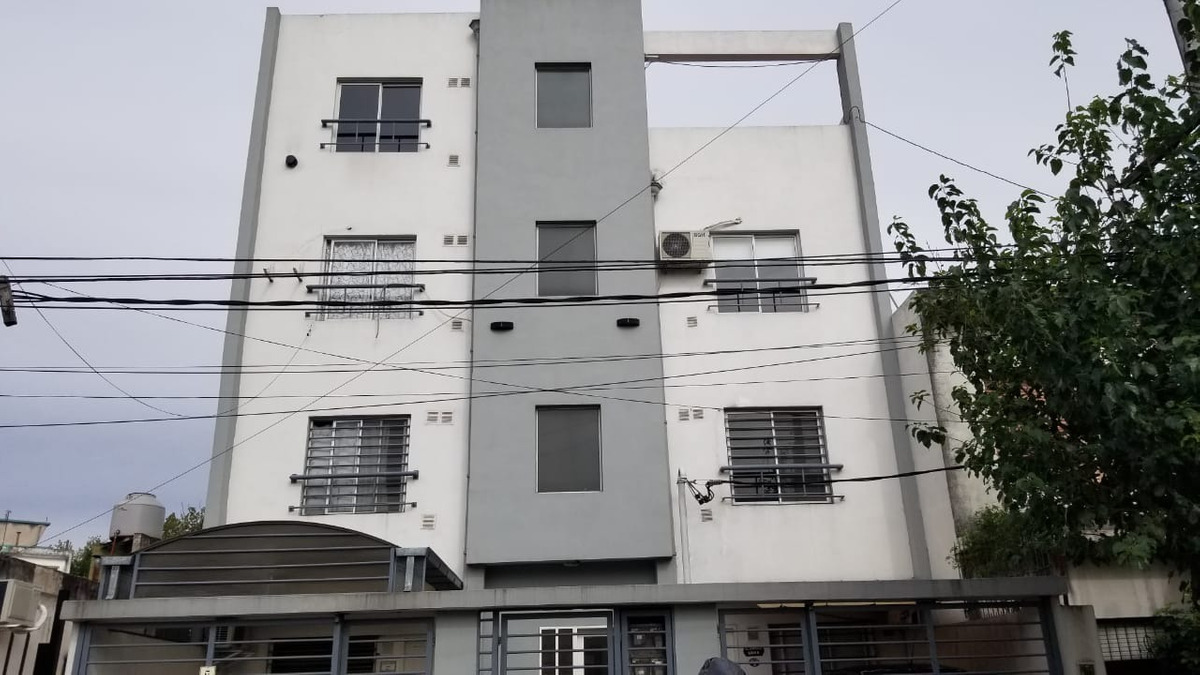 martin coronado: departamento de 2 ambientes en 1er piso al frente con balcon frances; amplio living comedor con cocina incorporada:  f: 7940
