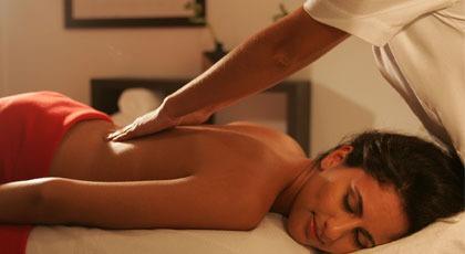 masaje relajante con piedras calientes