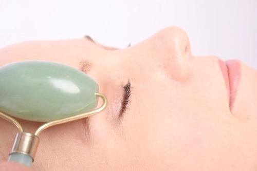 masajeador manual facial corporal rodillo piedra jade verde