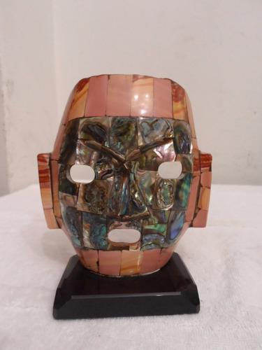 máscara em abalone e madrepérola no suporte