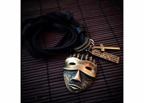 mascarita de oro viejo con correa de cuero.