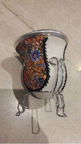 mate de calabaza y cuero decorado con porta mate de metal