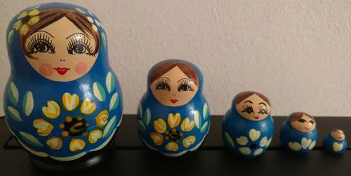 matrioska rusa pintada a mano tono azul, negro y flores