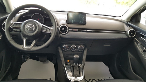 mazda 2 grand touring  sedan automático 1.5 blanco perlado