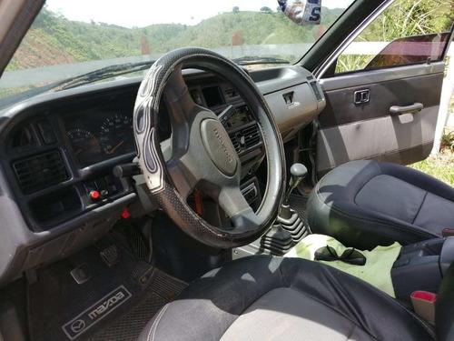 mazda b2600  modelo 1999 4 puertas con estacas  color gris