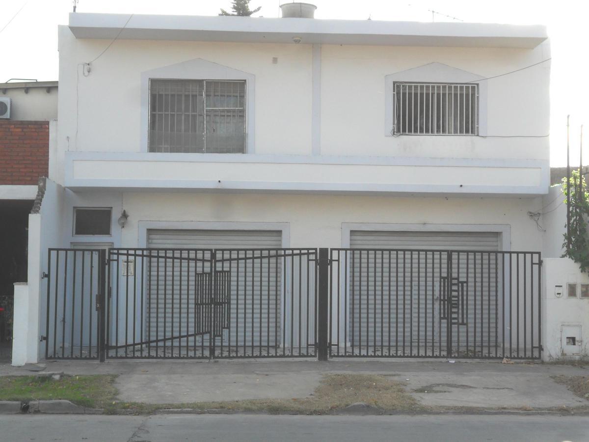 m/b casa 3 amb c/patio, lav y entr p/auto. pb dos locales.  exc ubicac