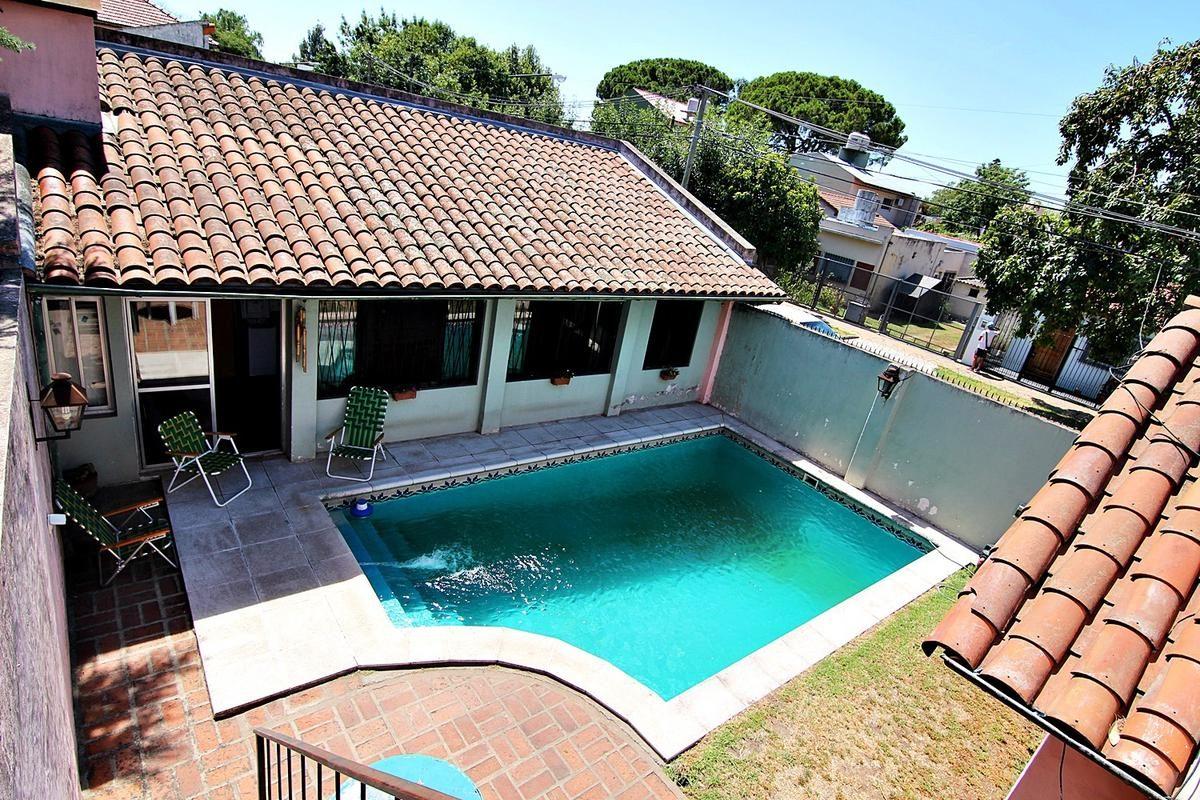m/b chalet 4 amientes c/gge p/2 autos. patio con piscina. jardin y quincho.