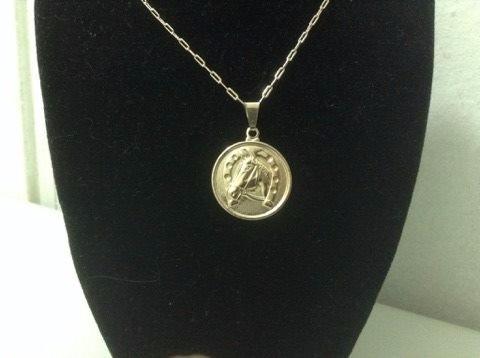 medalla con cadena bañada en oro / tienda bauldeaperos