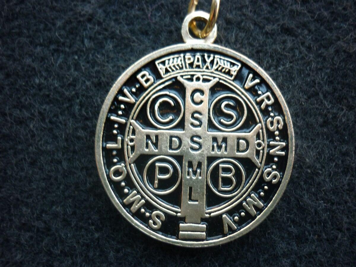 ca8cd94da86 Medalla De San Benito En Chapa De Oro - Fondo O Resina Negra ...